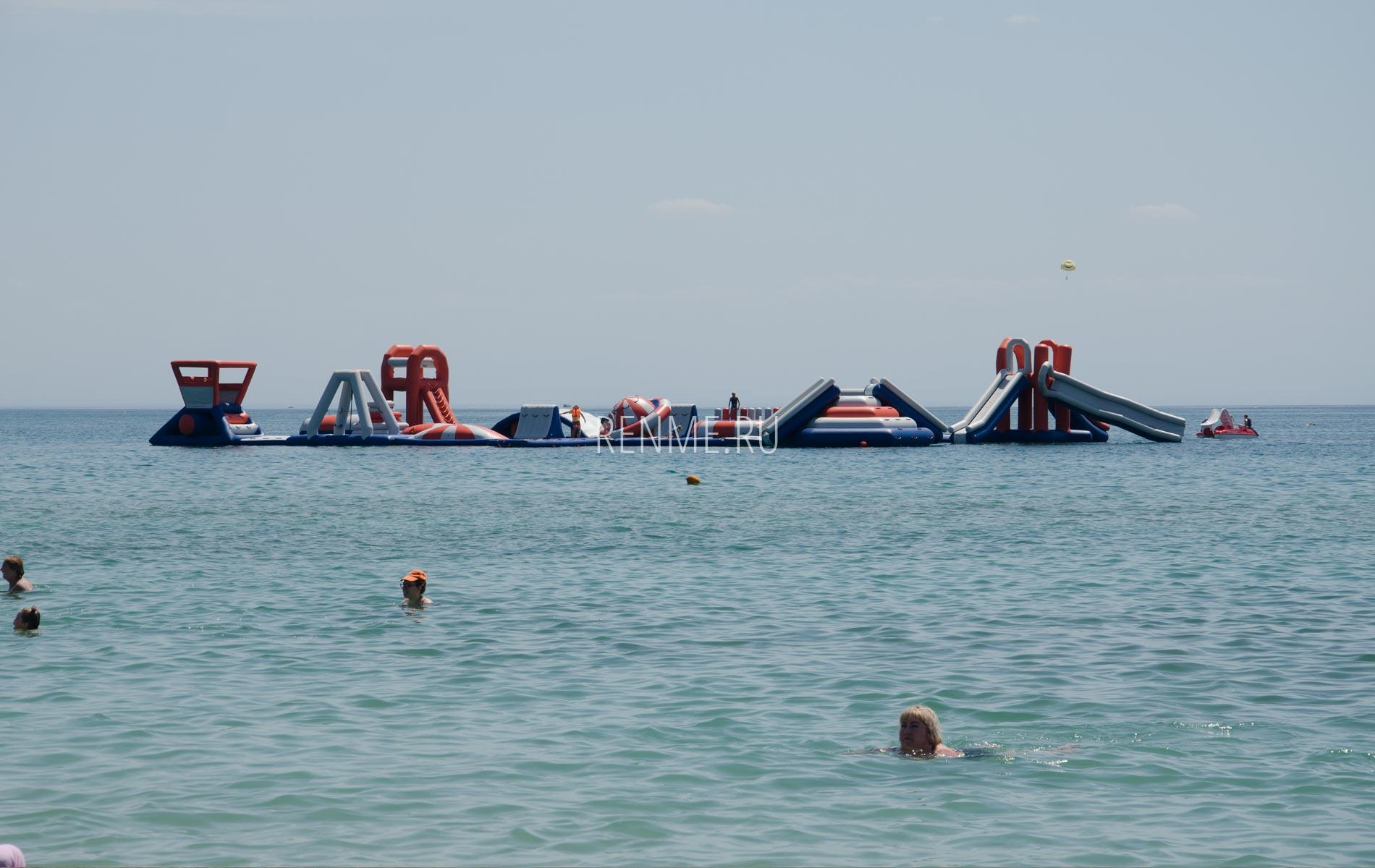 Надувной остров на пляже в Заозёрном. Фото Заозёрного