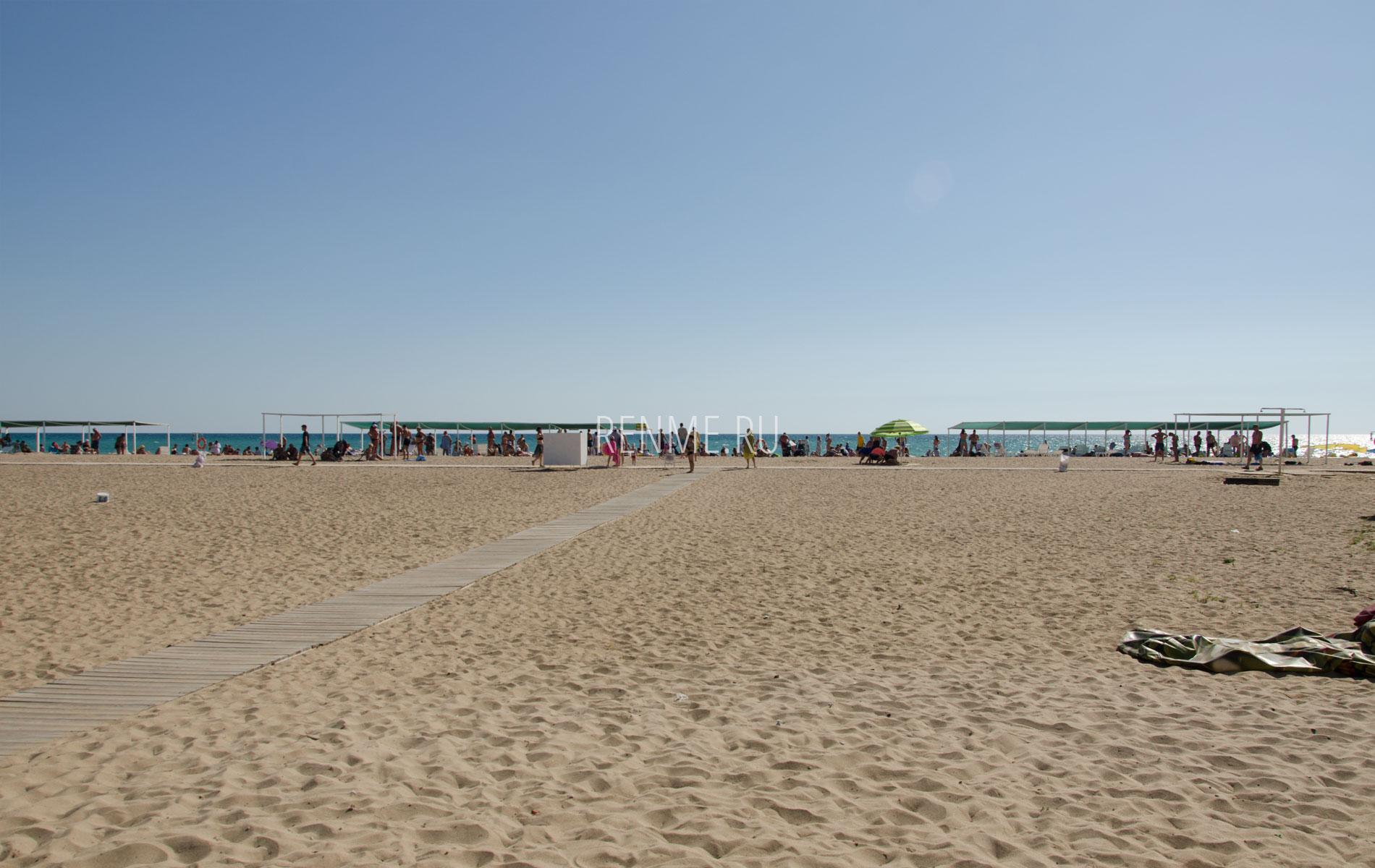 Желтый песчаный пляж летом. Фото Сак