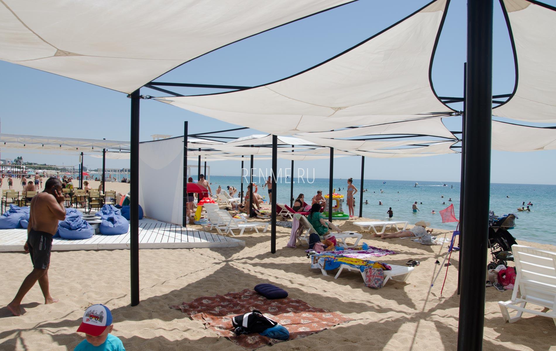 Пляж с бесплатными навесами в Заозёрном. Фото Заозёрного