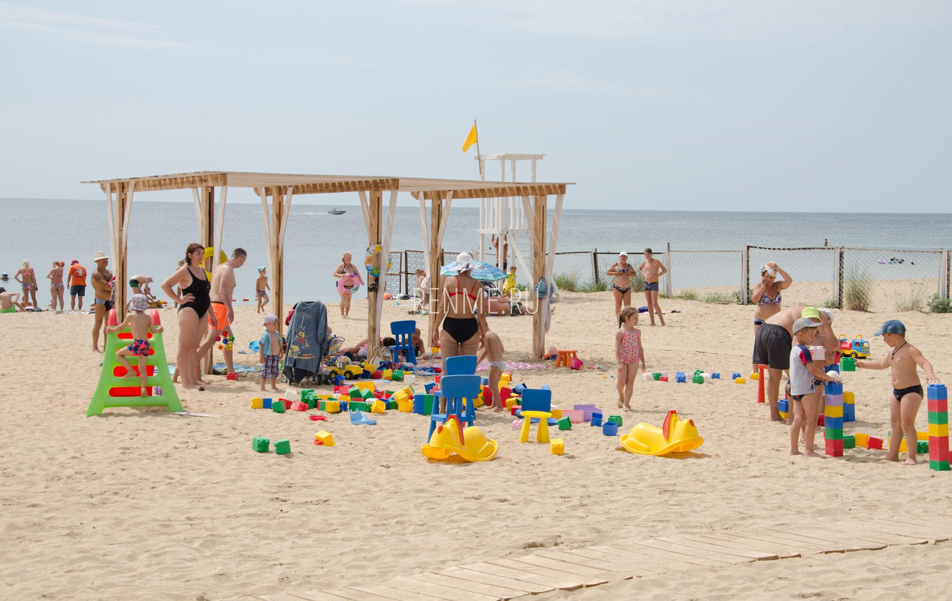 """Детские развлечения на пляже """"Арго"""". Фото Заозёрного"""