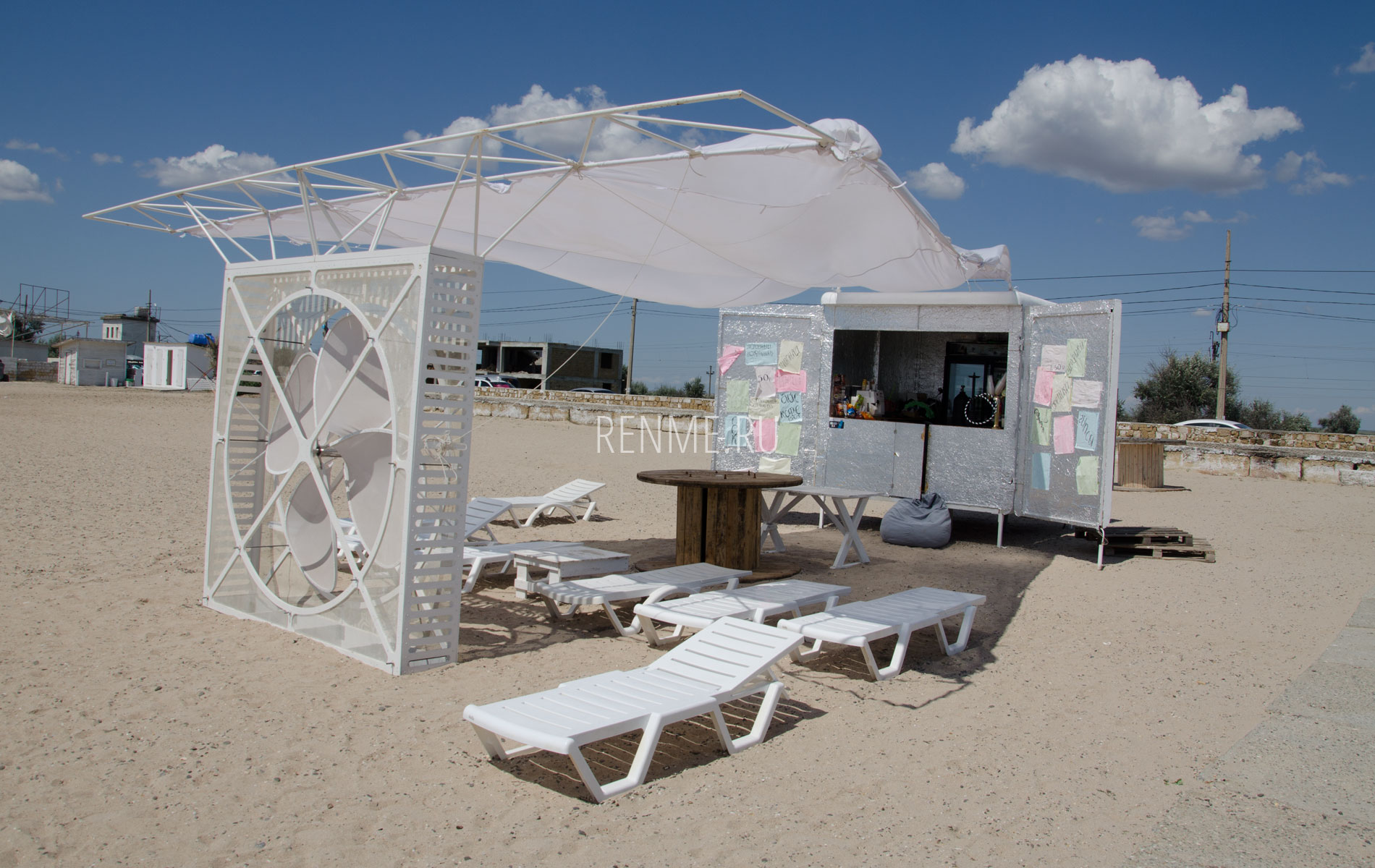 Кафе на золотом пляже в Евпатории. Фото Евпатории
