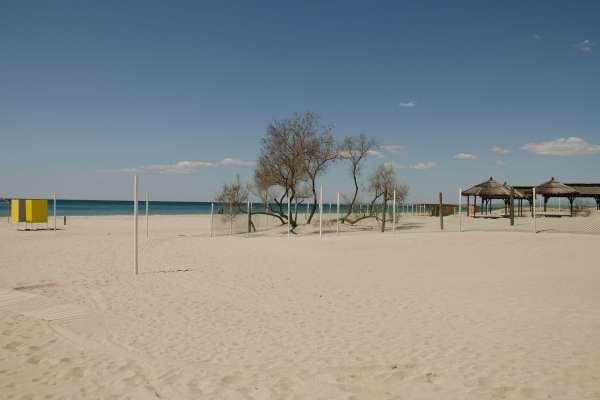 Песчаный апрельский пляж в межсезонье. Фото Поповки