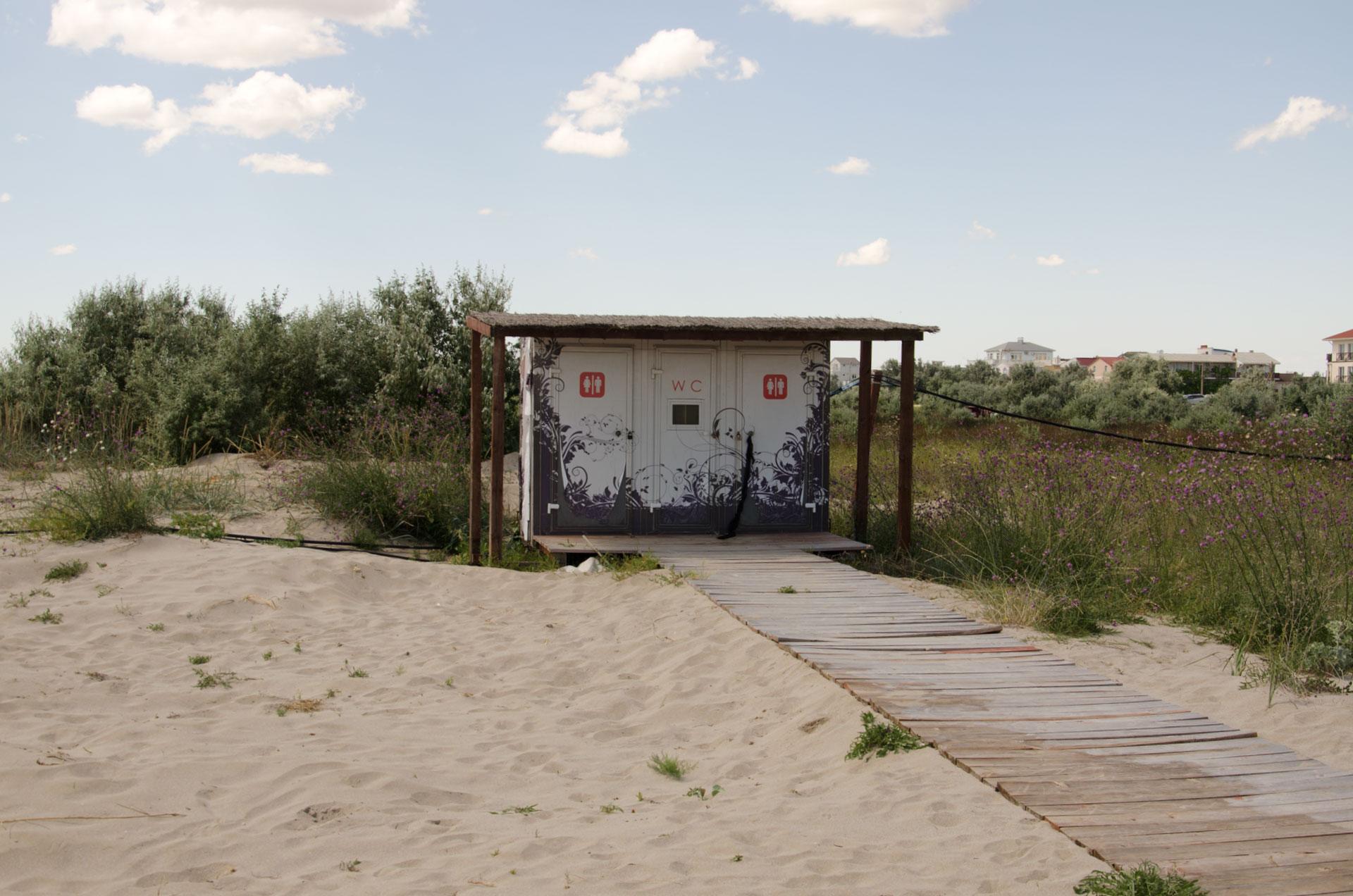 Пляжный туалет. Фото Мирного