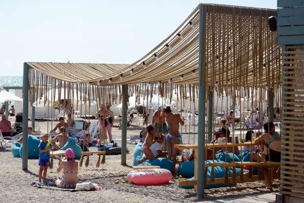 Качельное кафе на пляже в Новофедоровке. Фото Новофедоровки