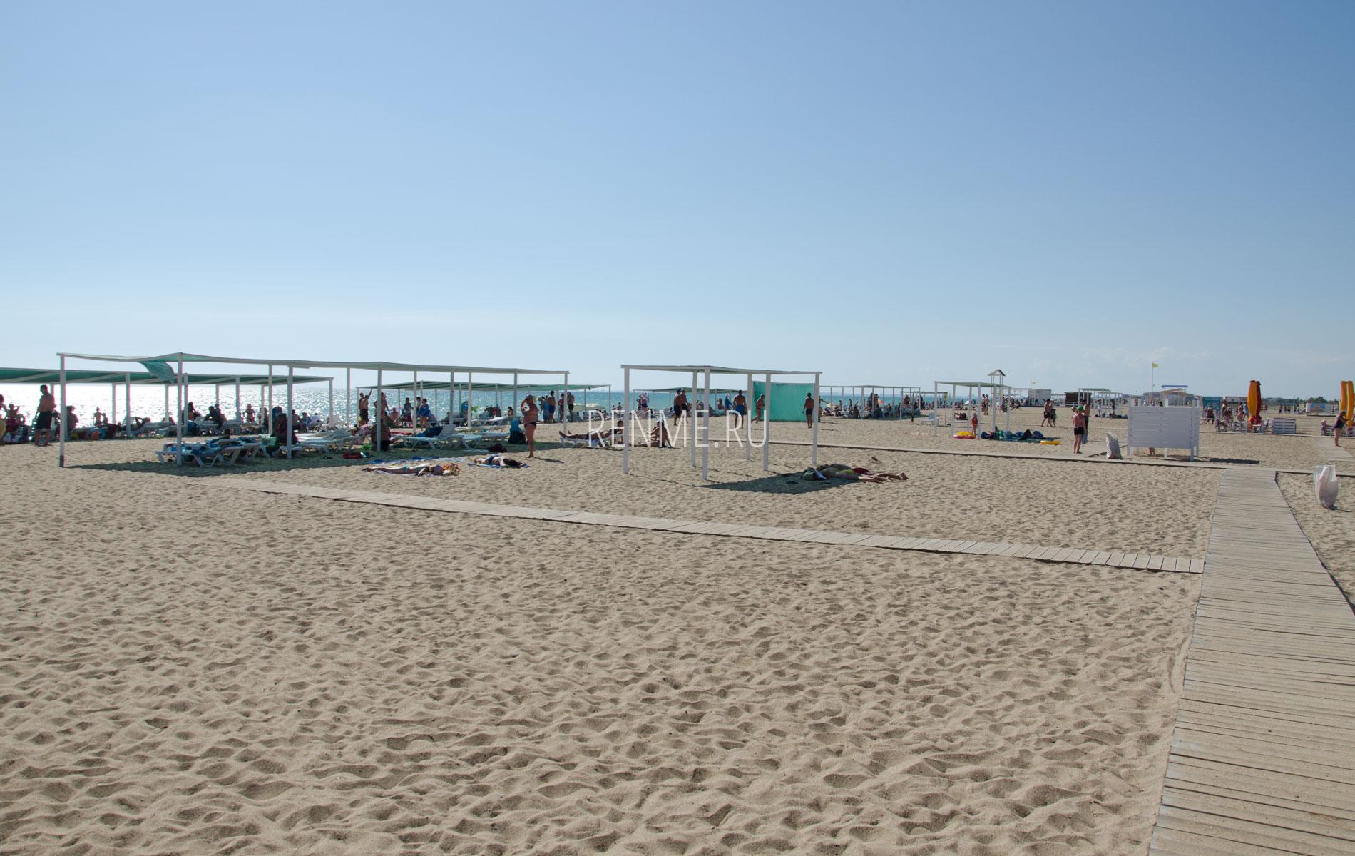 Золотой песок на пляже в Саказ. Фото Сак