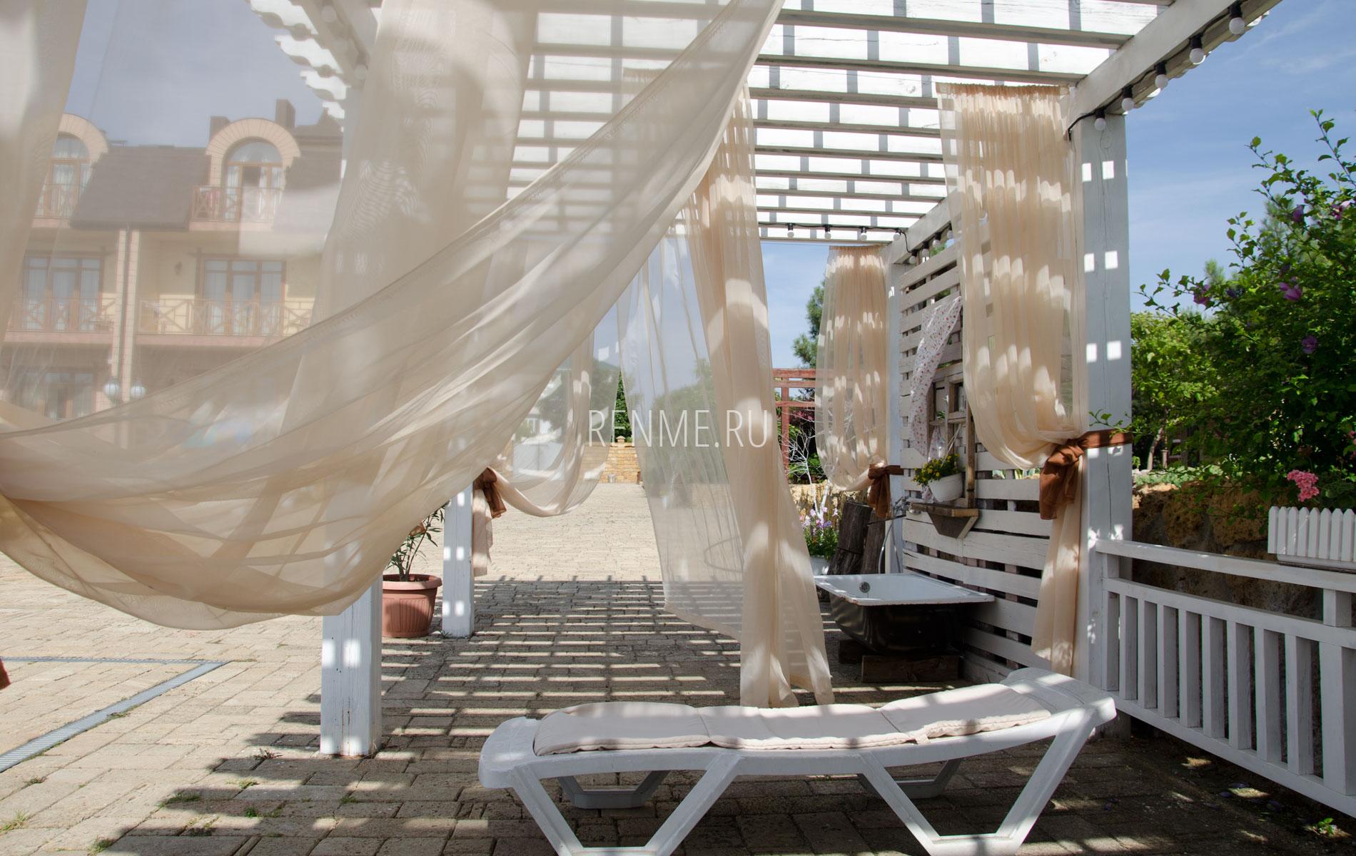 Зона отдыха с шезлонгами. Фото Евпатории