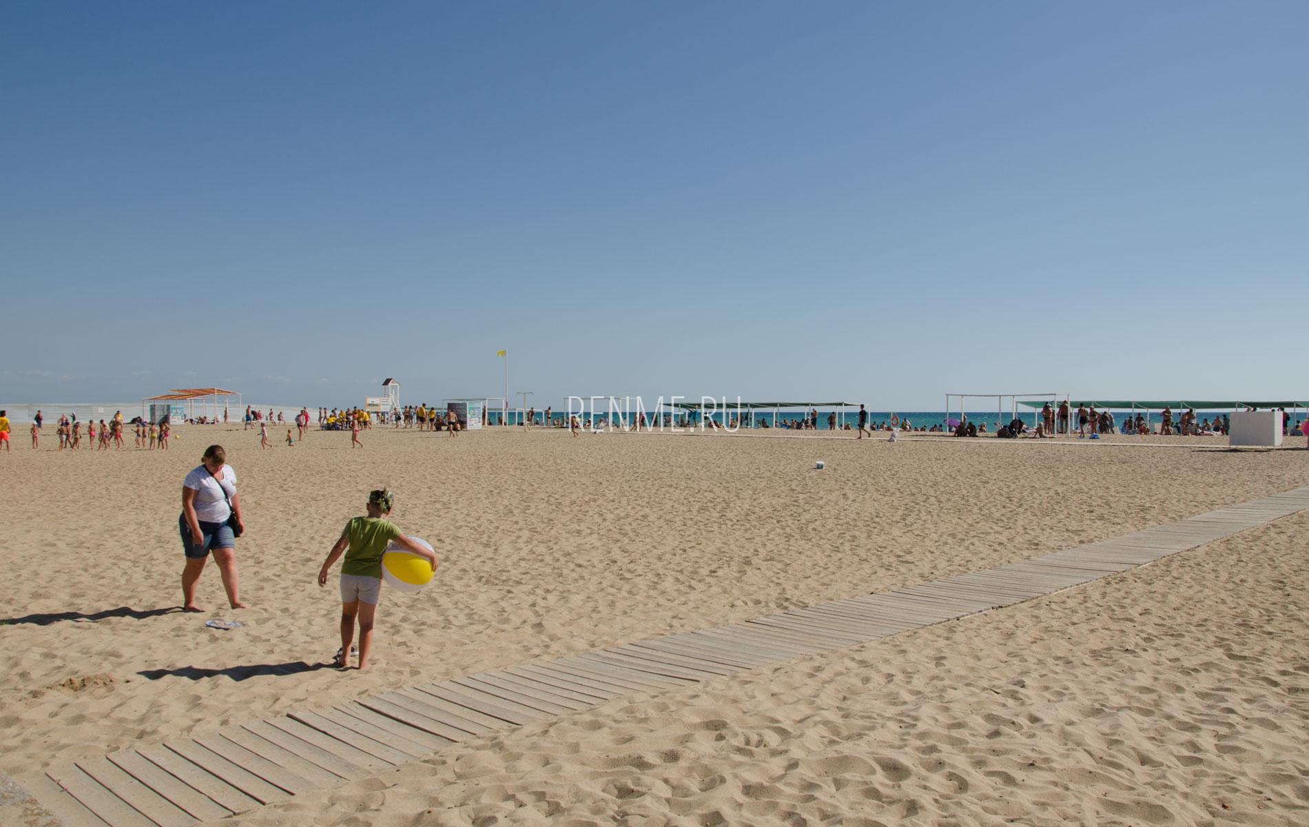 Море и песчаный пляж летом. Фото Сак