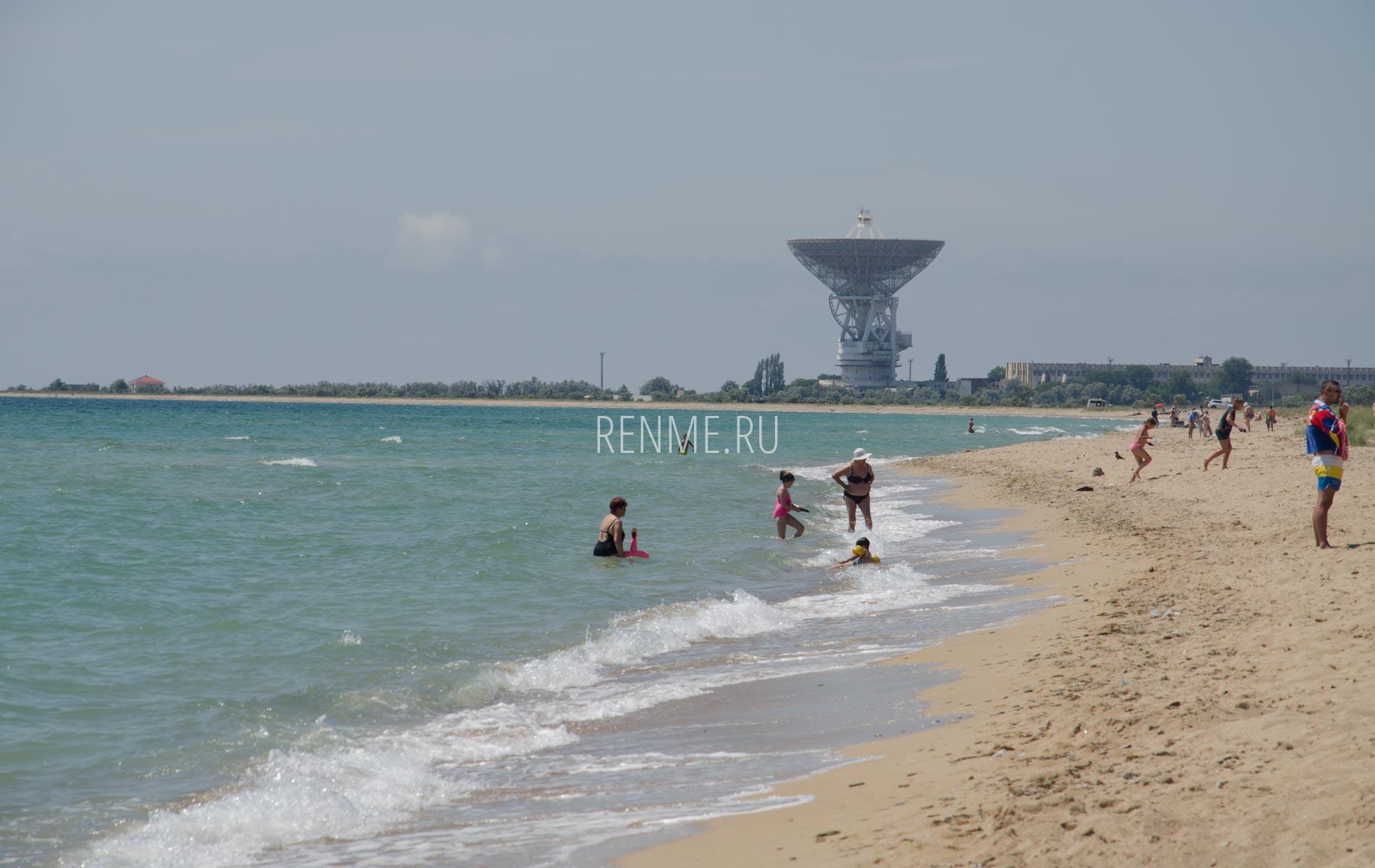 Чистый песчаный пляж Крыма. Фото Молочного