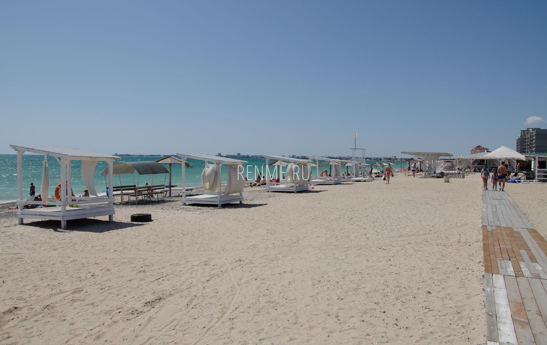 """Песчаный пляж """"ЭКС-ТУР"""" летом 2019. Фото Евпатории"""