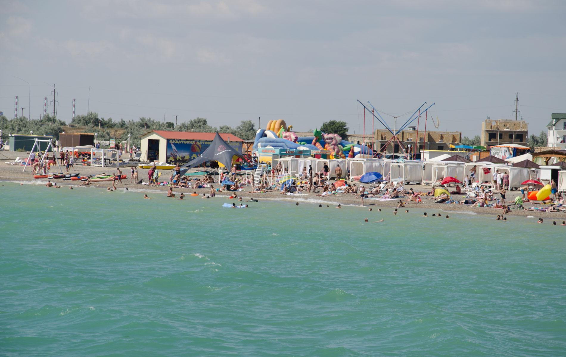 Галечный пляж в Крыму. Фото Новофедоровки