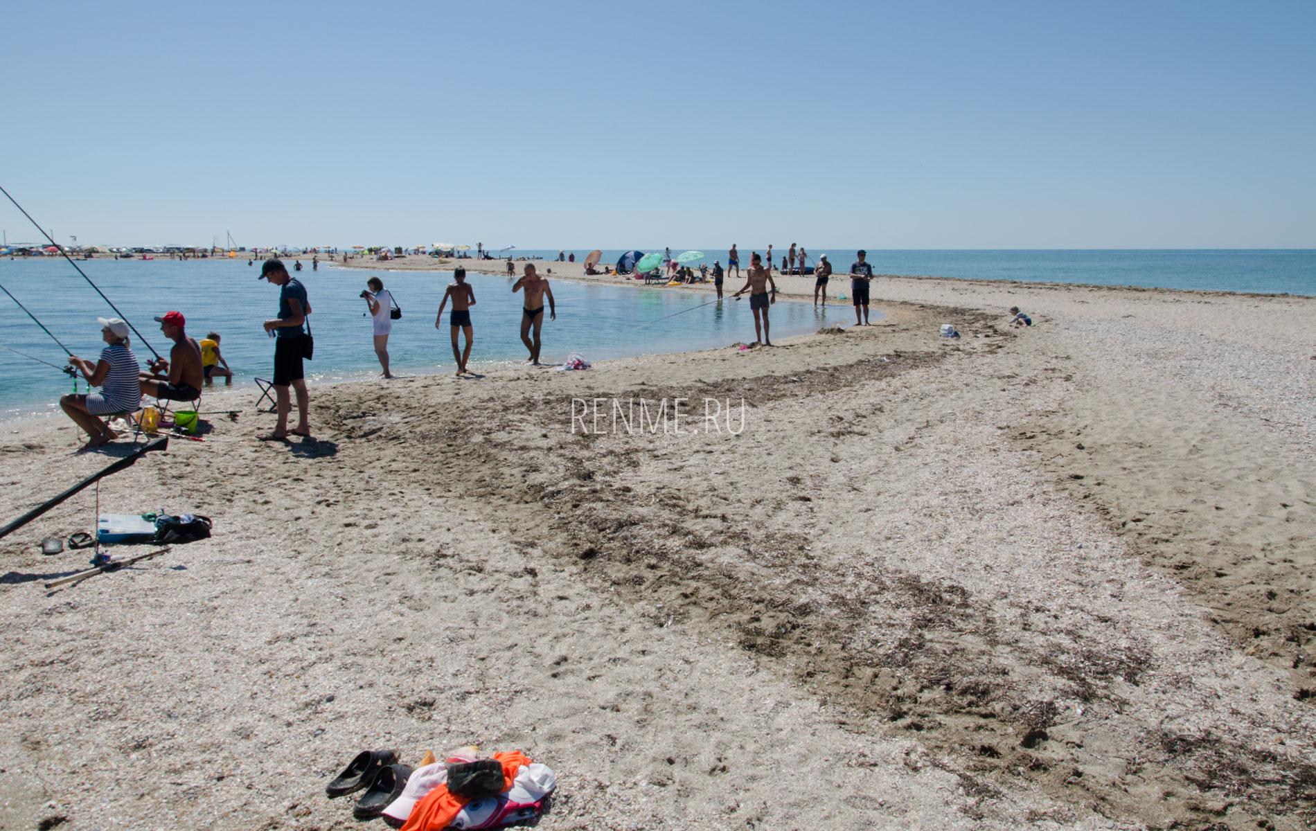 Песчаный пляж на косе в Крыму. Фото Стерегущего