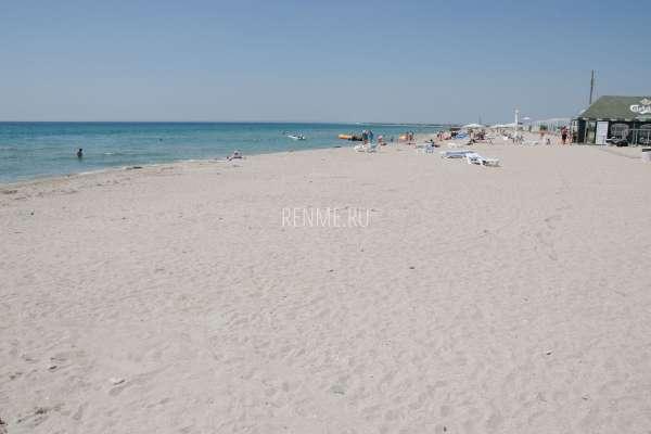 Июльский песчаный пляж в Штормовом. Фото Штормового