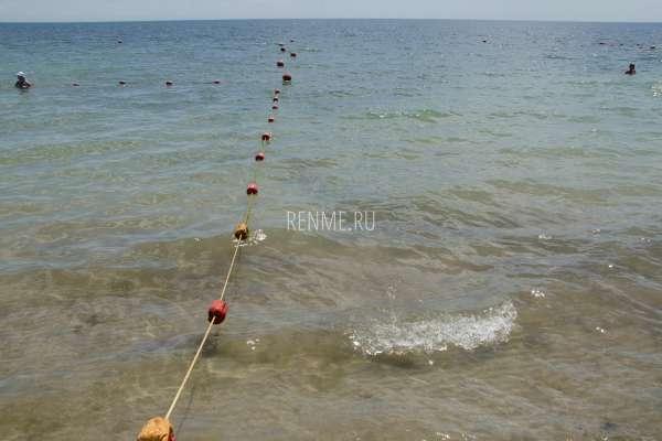 Пологий берег на пляже в Заозерном. Фото Заозёрного