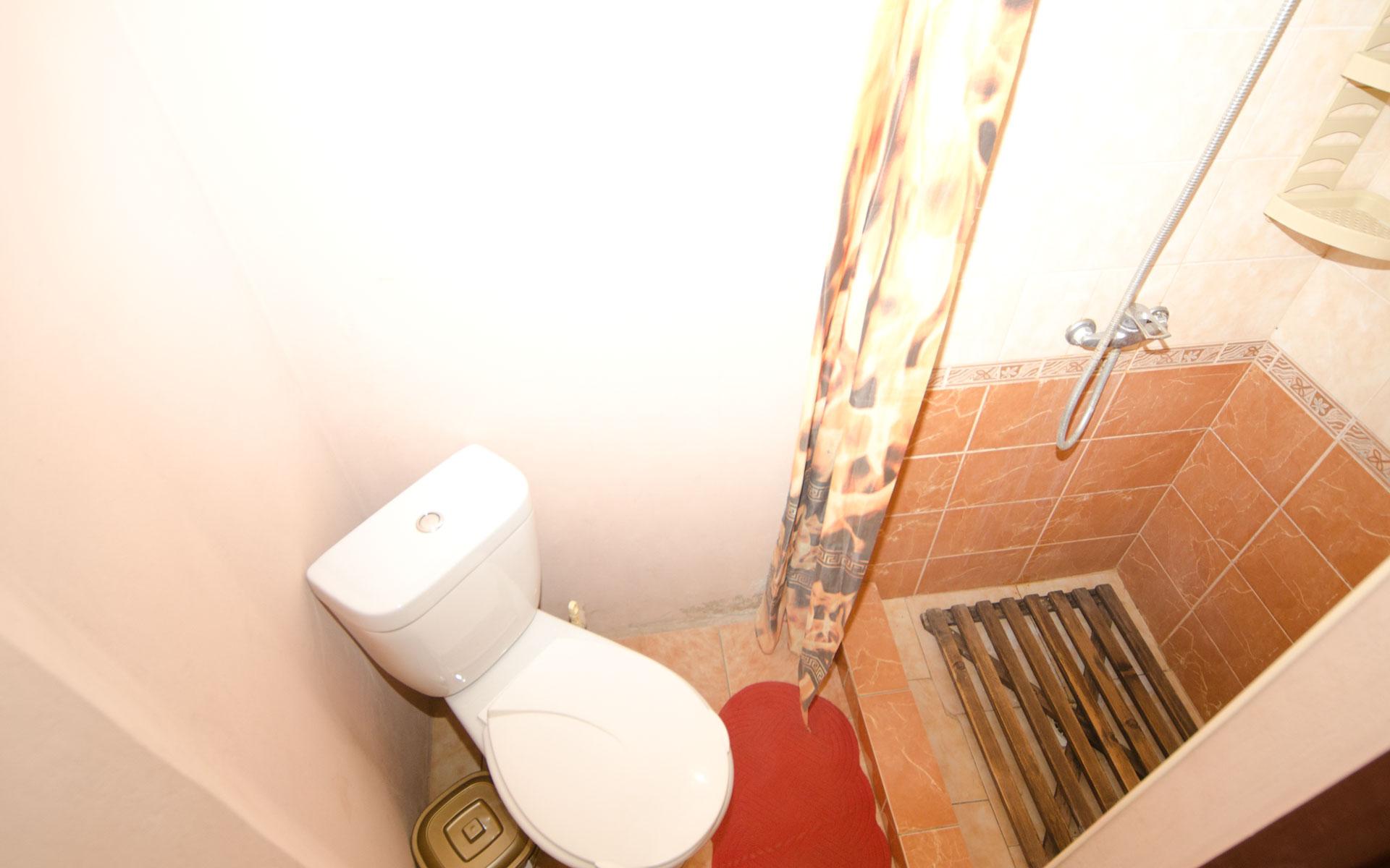 Душ, туалет. Первый домик. Два домика. Заозёрное