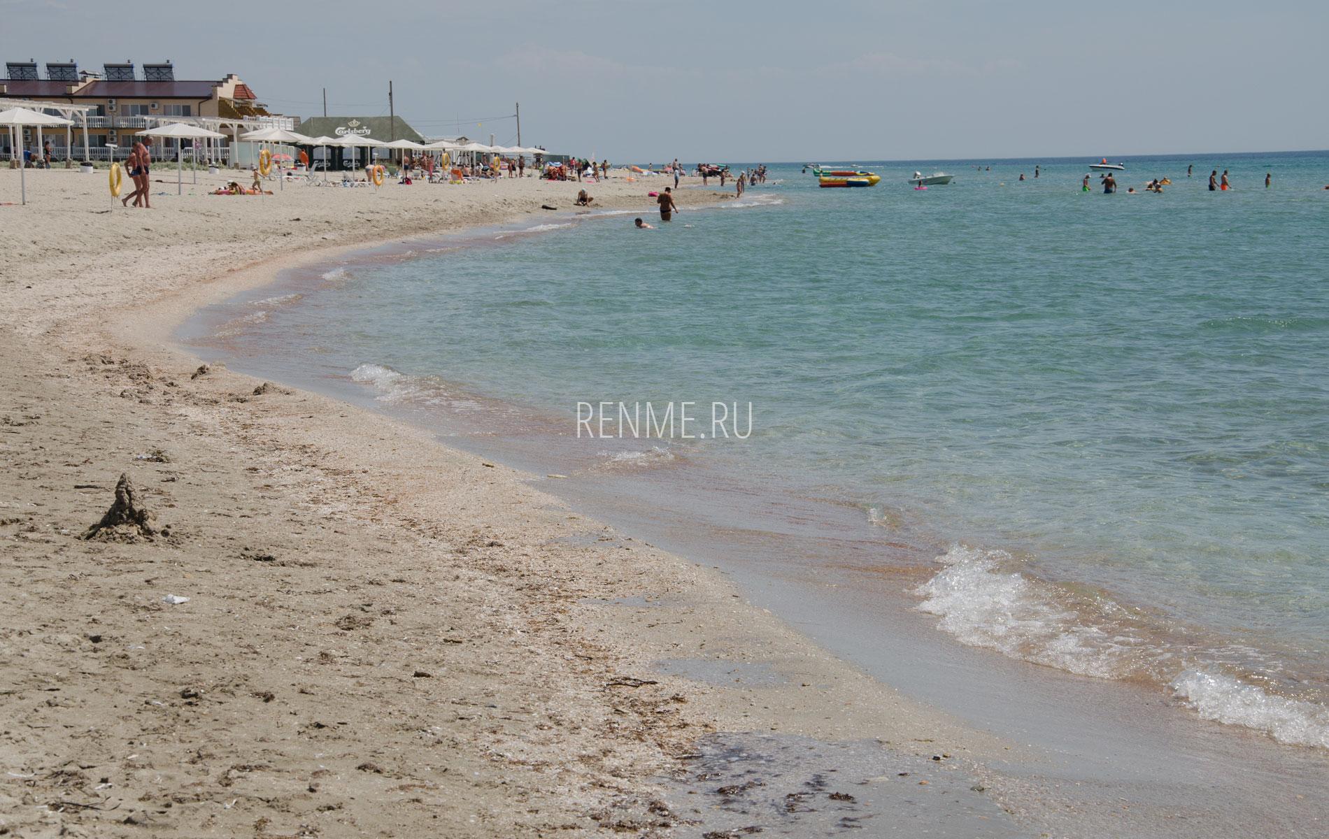 Песчаный берег и море. Фото Штормового