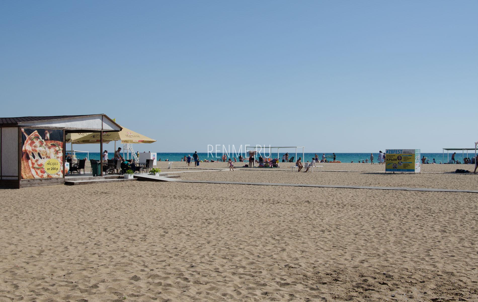 Хороший песчаный пляж в Саках. Фото Сак