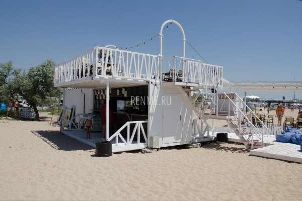 Уютное кафе на пляже. Фото Заозёрного