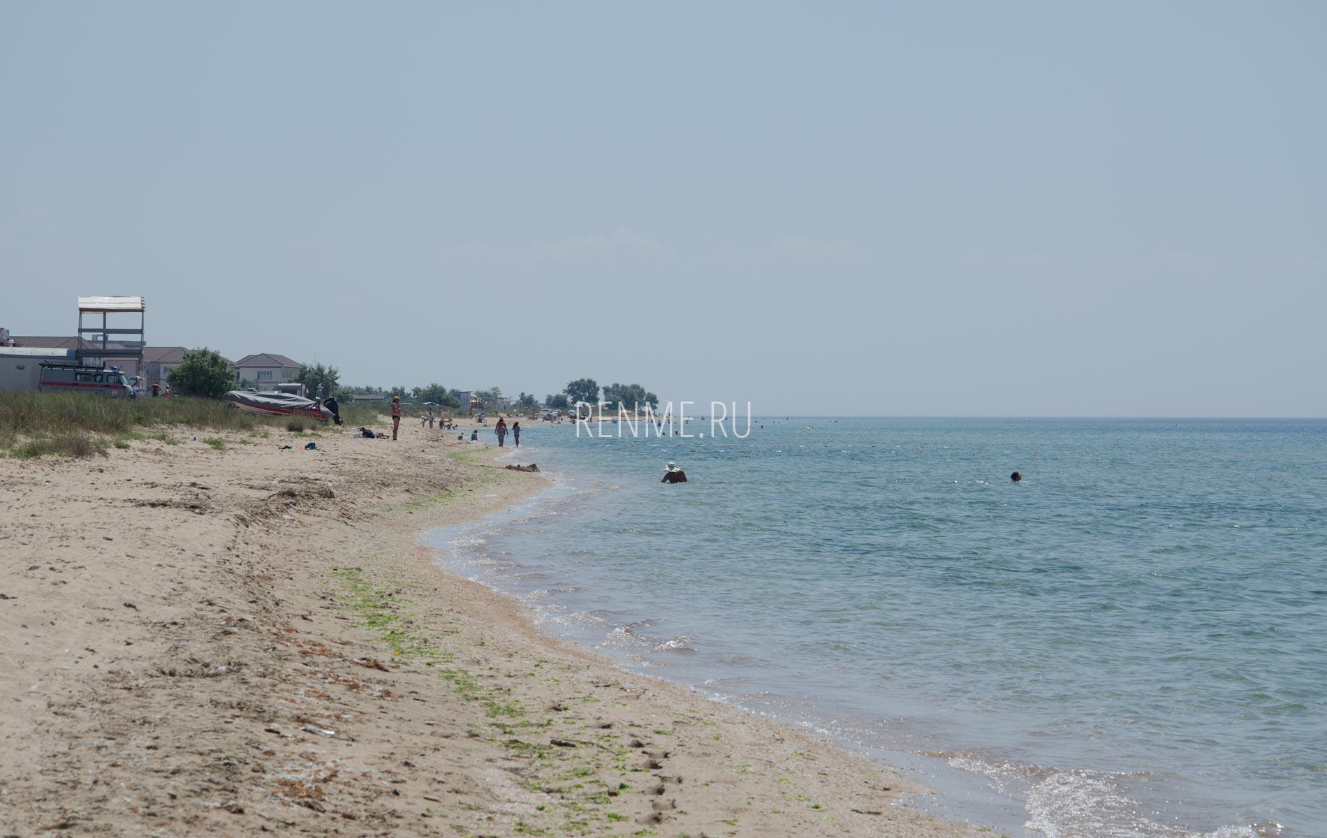 Большой песчаный дикий пляж в Крыму. Фото Заозёрного