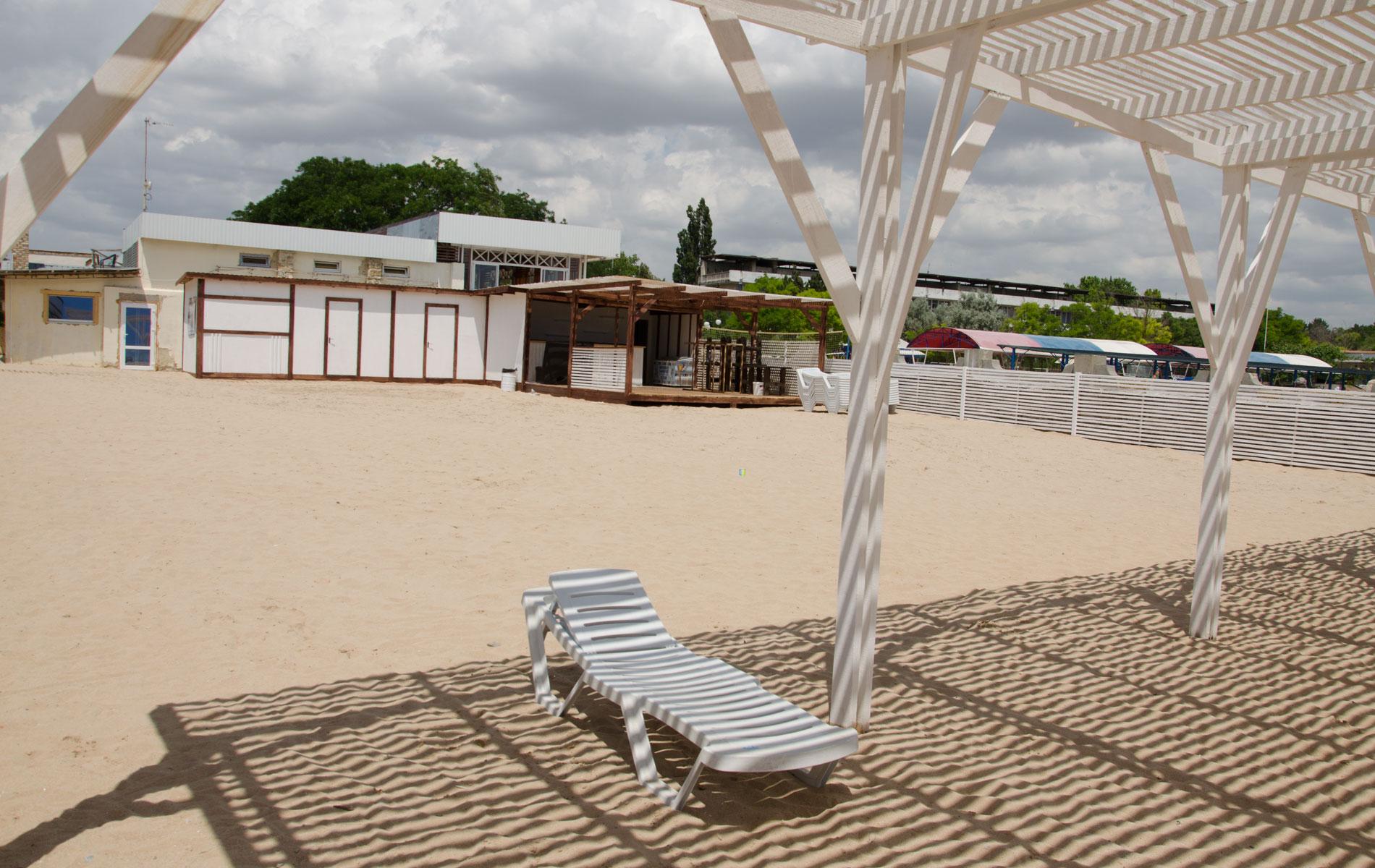 Кафе на пляже Аркадия в Заозерном. Фото Заозёрного