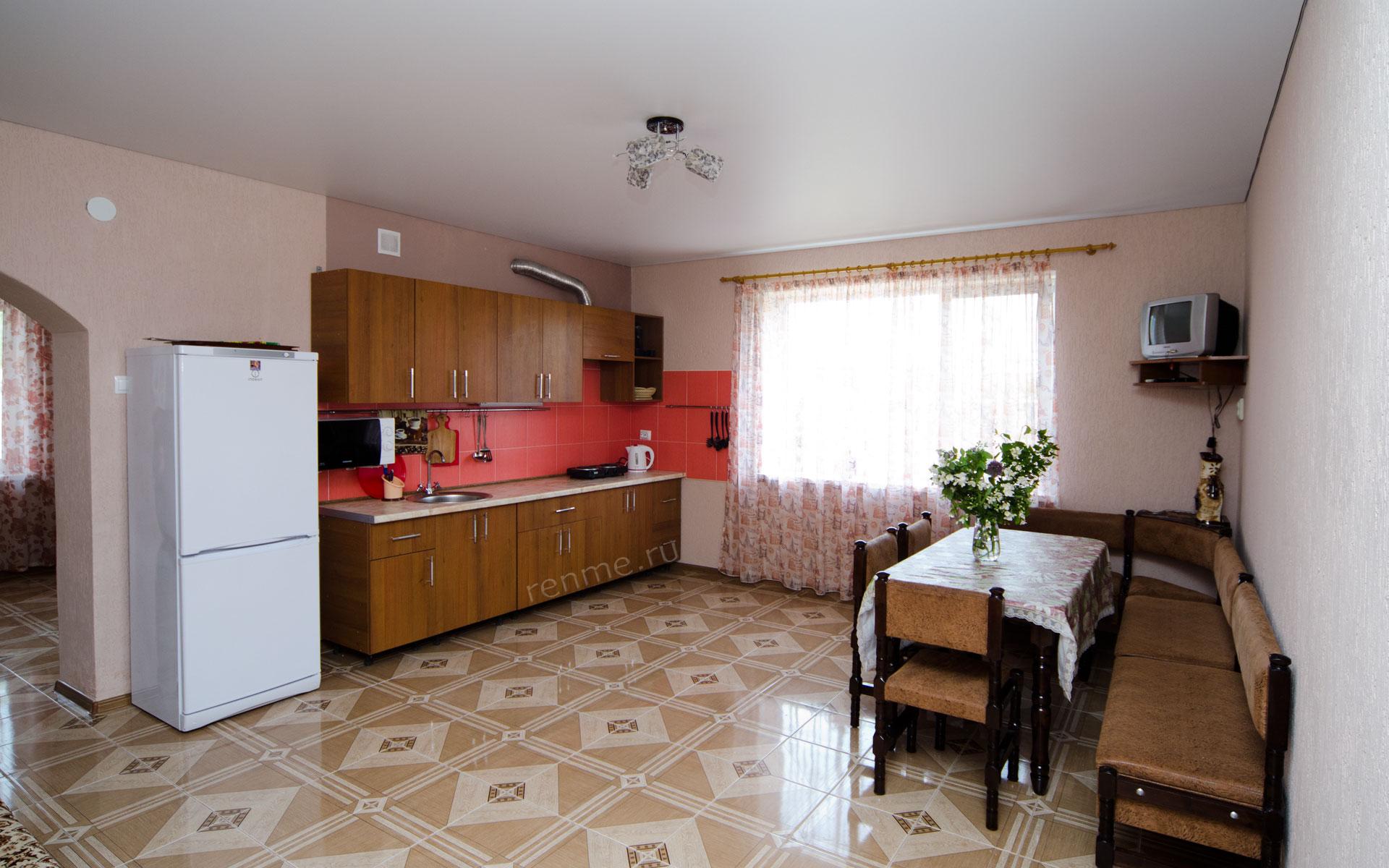 Кухня-студия. Двухкомнатная квартира-студия на первом этаже. Апарт-отель на ул. Гайдара. Заозёрное
