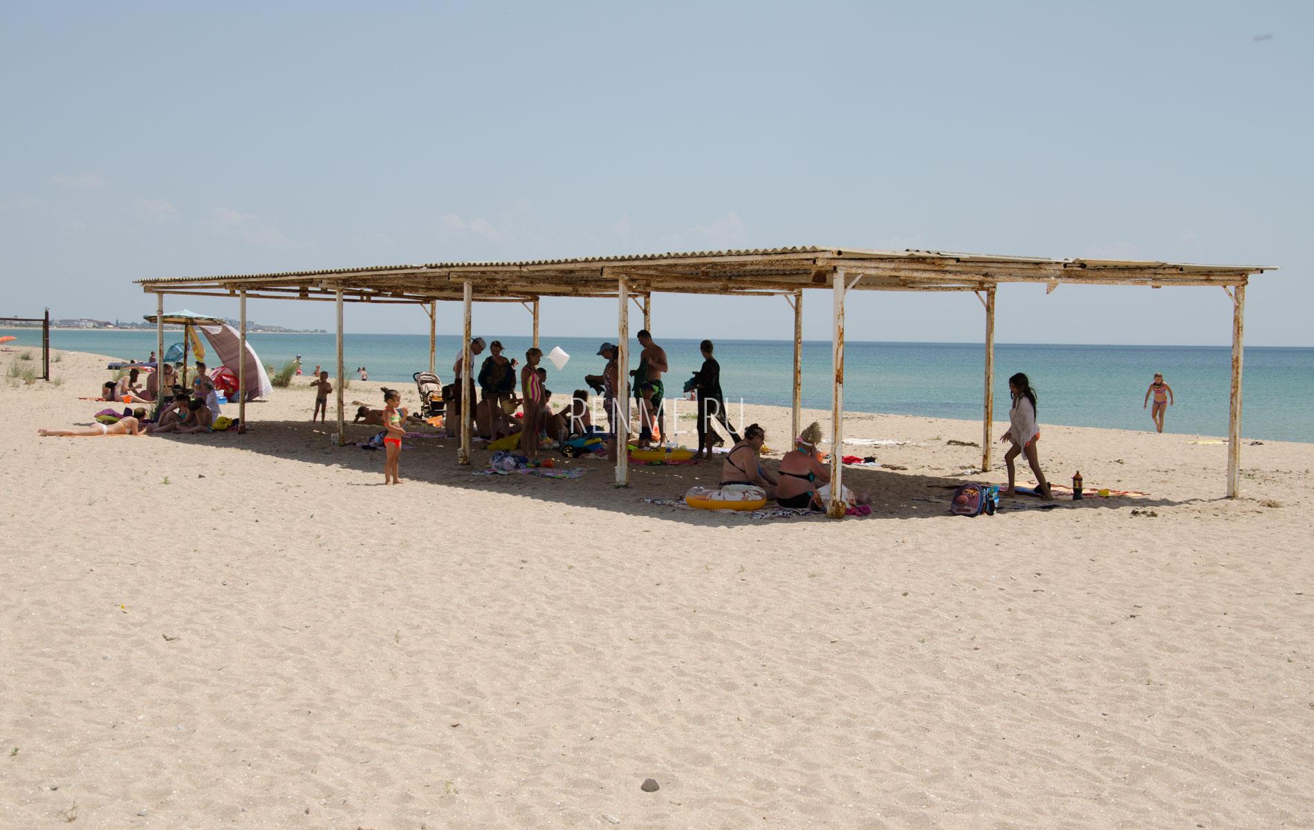 Теневой навес на пляже. Фото Молочного