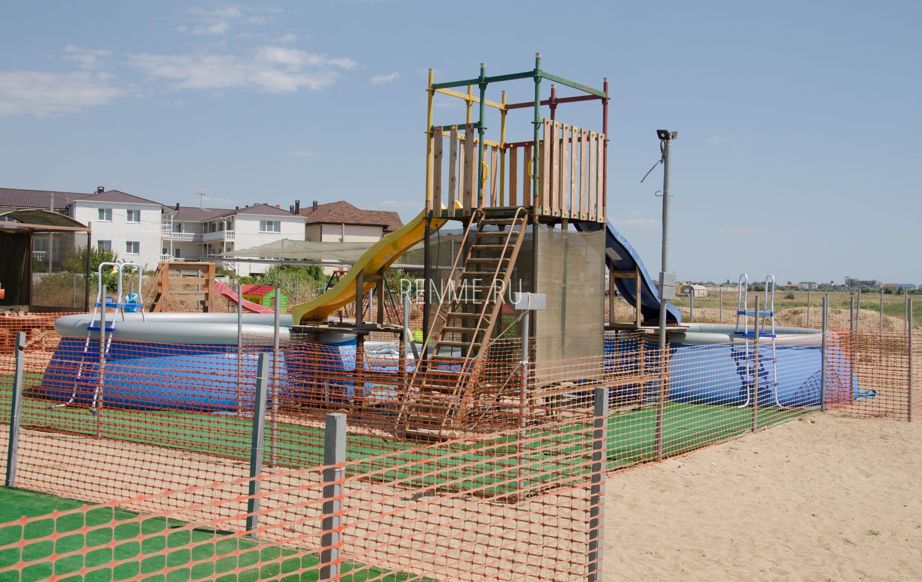 Детские развлечения на пляже в Заозерном. Фото Заозёрного