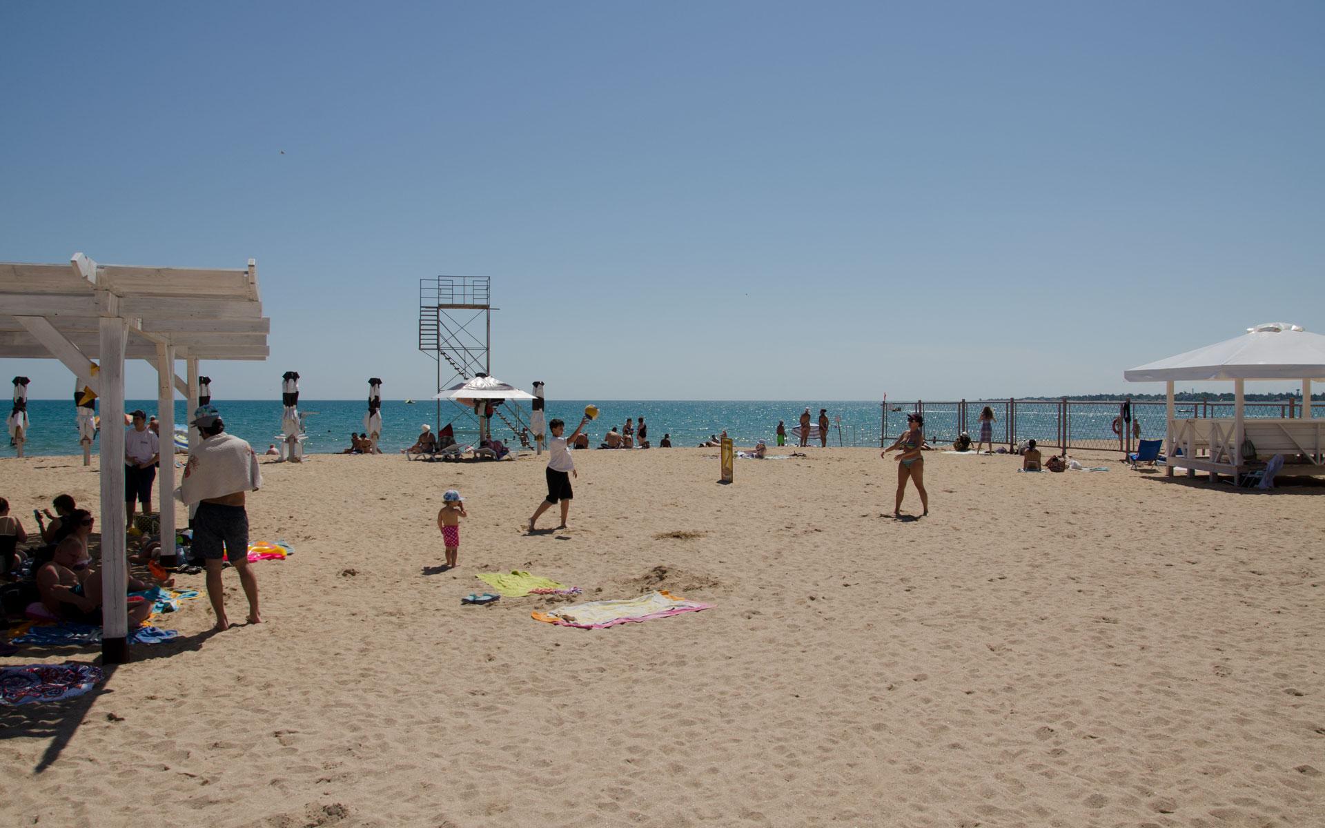 Июньский пляж в Евпатории. Фото Евпатории
