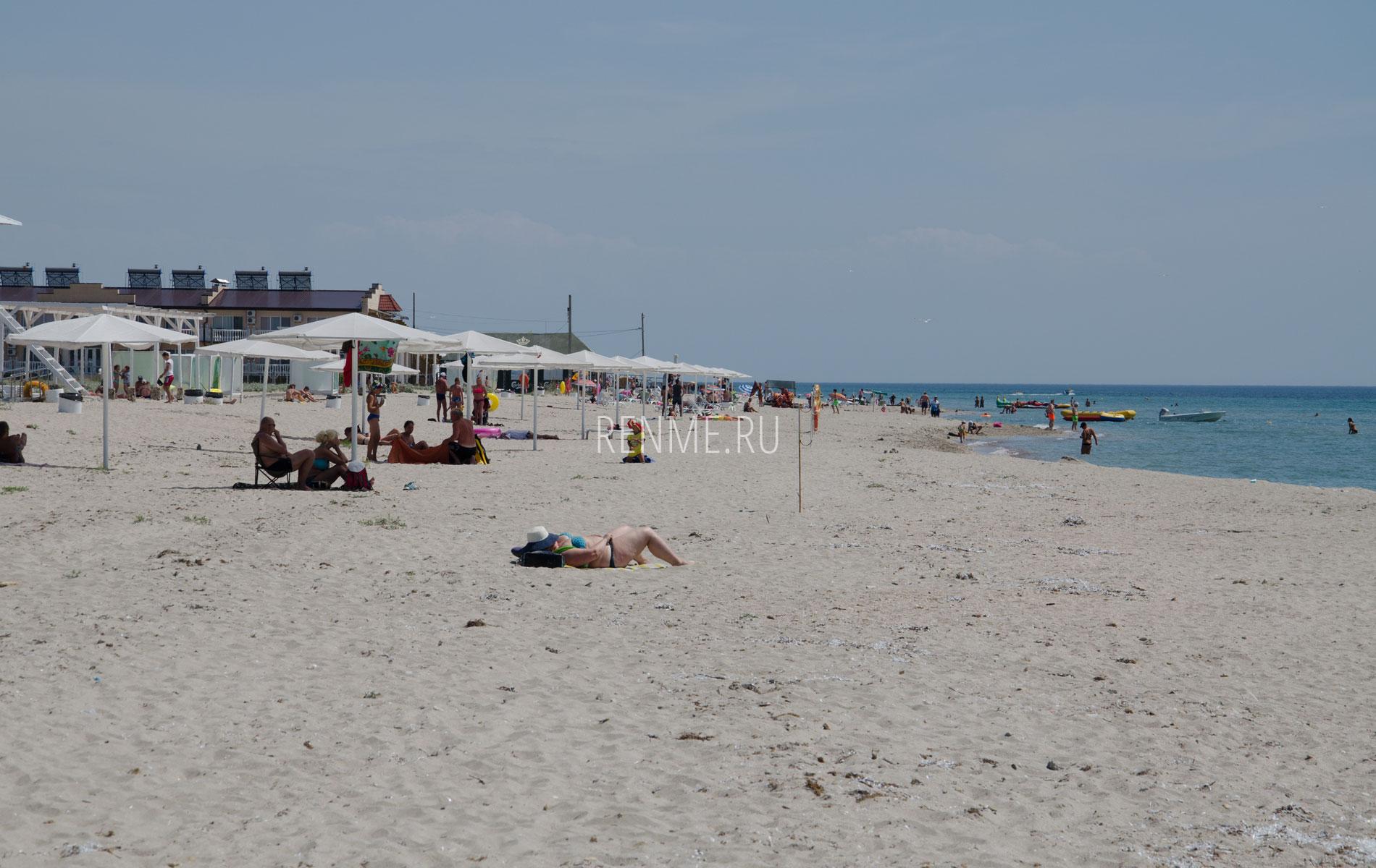 Пляж с удобствами в Штормовом летом 2019. Фото Штормового