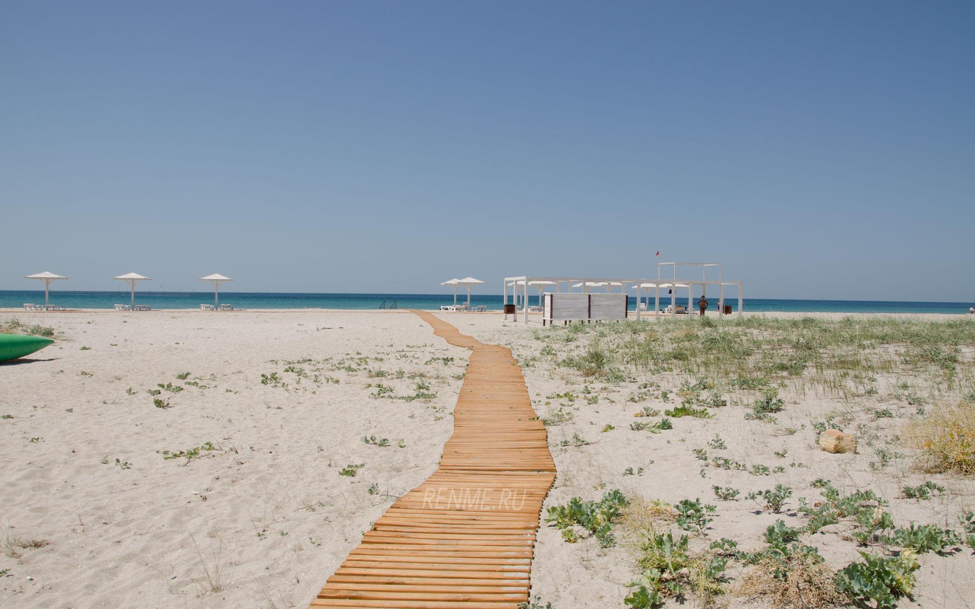 Дорожка к морю на пляже Белые Пески. Фото Оленевки
