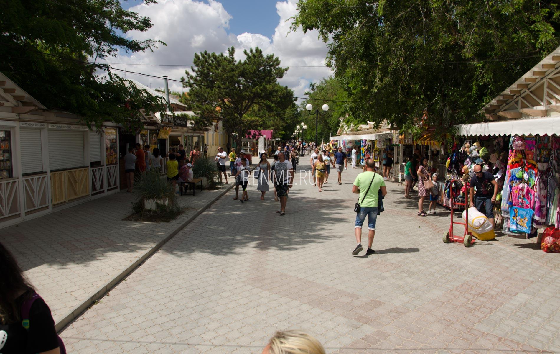 Торговый ряд на набережной. Фото Евпатории
