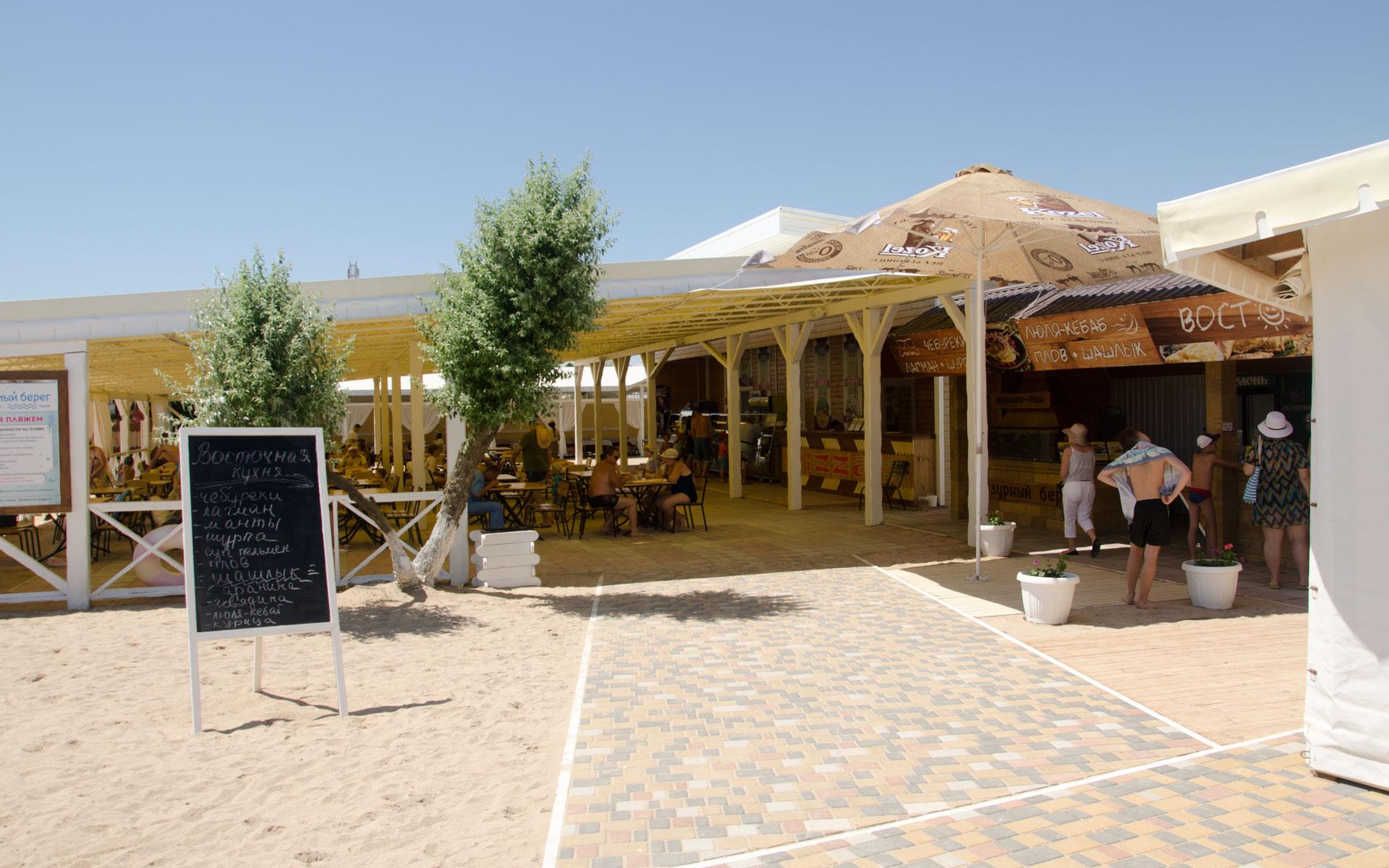 Кафе на пляже в июне 2019. Фото Евпатории