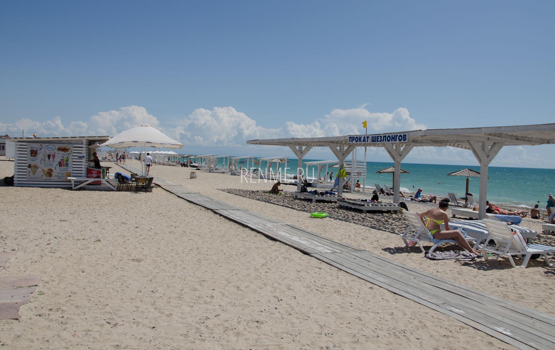 Песчаный пляж с дорожкой в Евпатории. Фото Евпатории