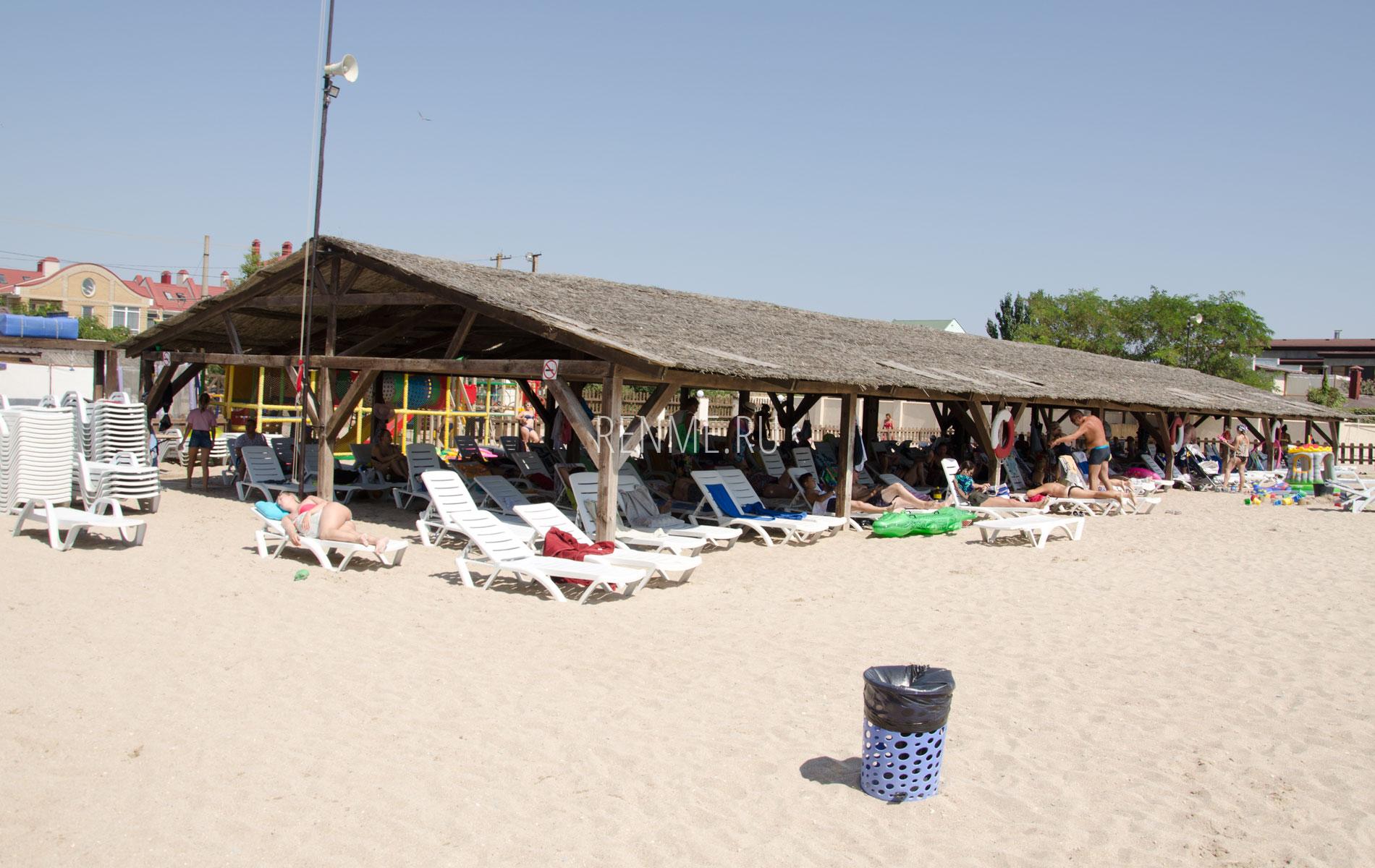Пляж с теневым навесом в Евпатории. Фото Евпатории