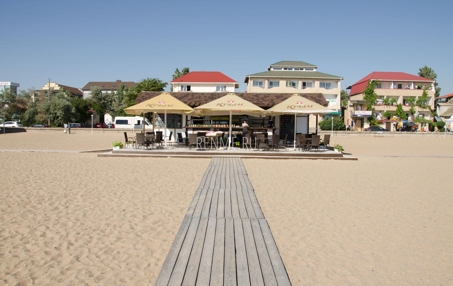 Уютное кафе на пляже в Саках. Фото Сак