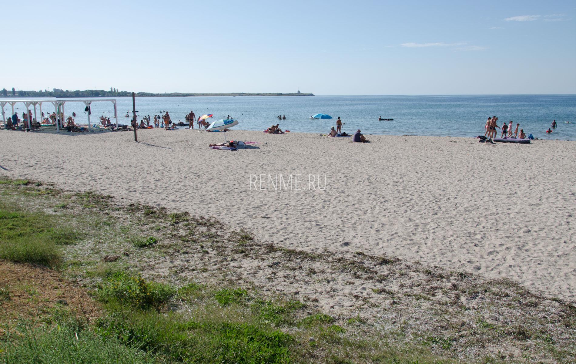 Песчаный пляж в Черноморском 2019. Фото Черноморского