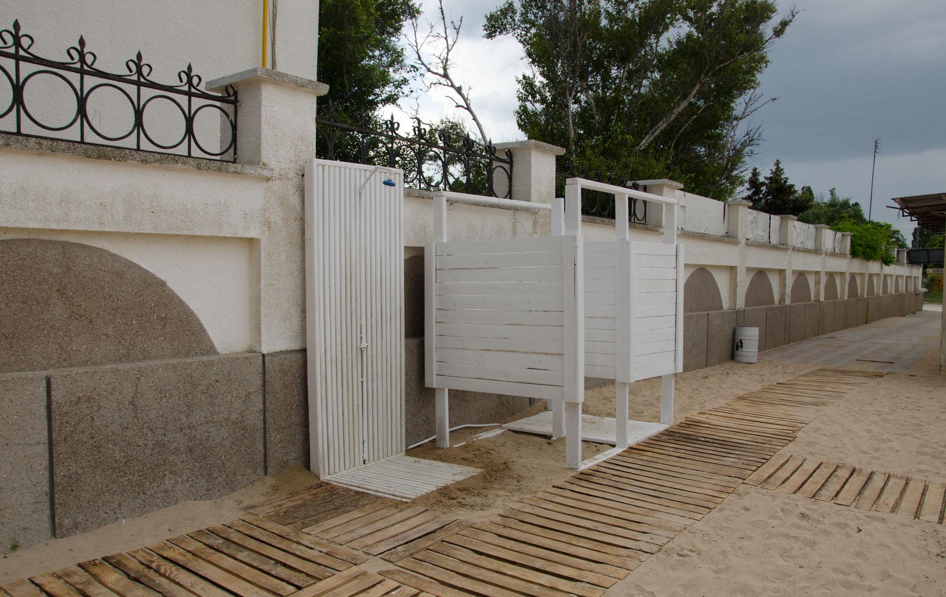 """Удобства на пляже """"Аркадия"""" в Заозёрном. Фото Заозёрного"""