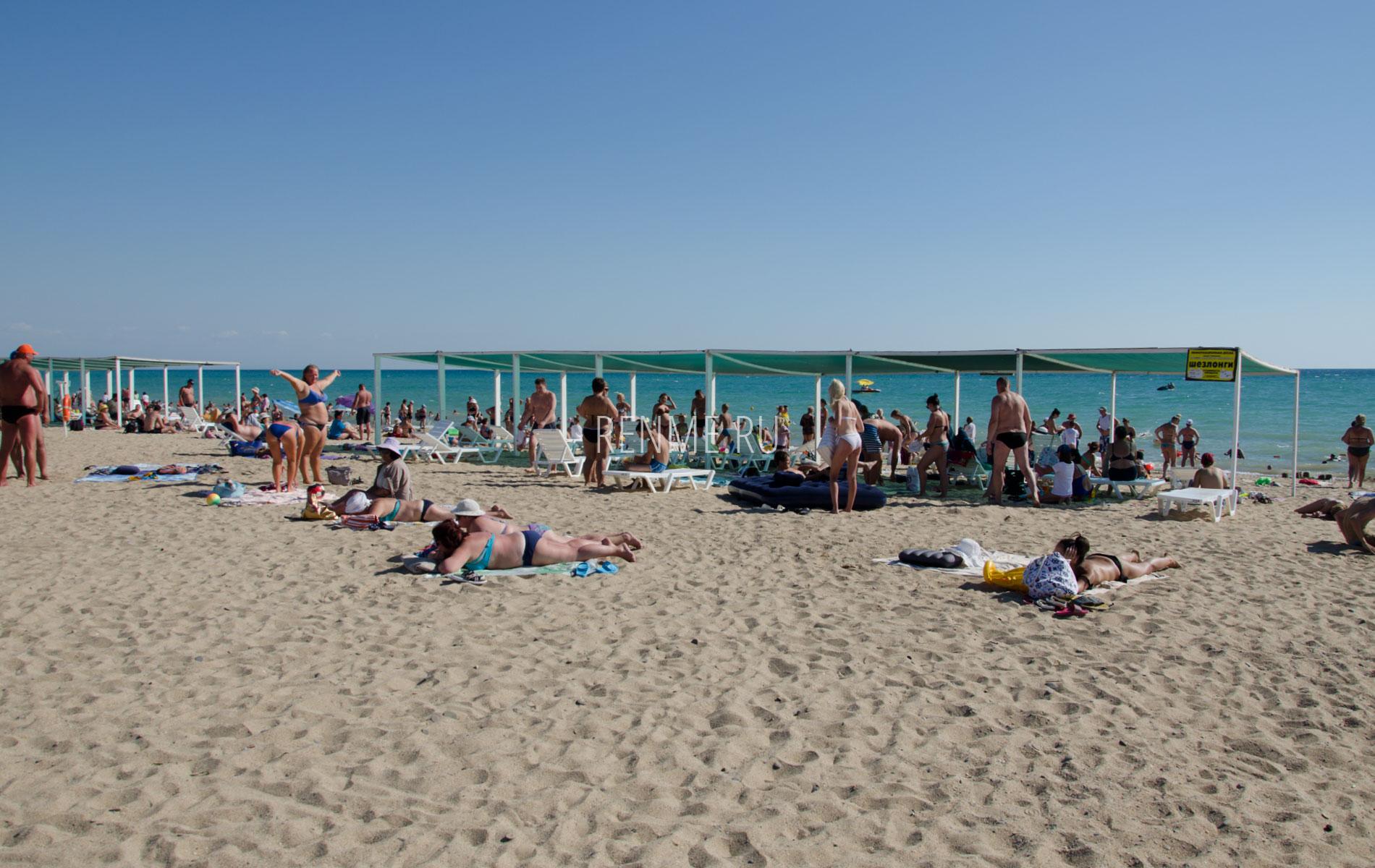 Теневые навесы на песчаном пляже. Фото Сак