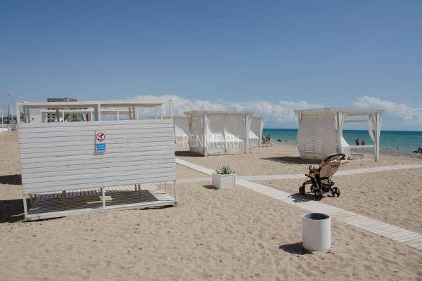 Чистый песчаный пляж в августе. Фото Евпатории
