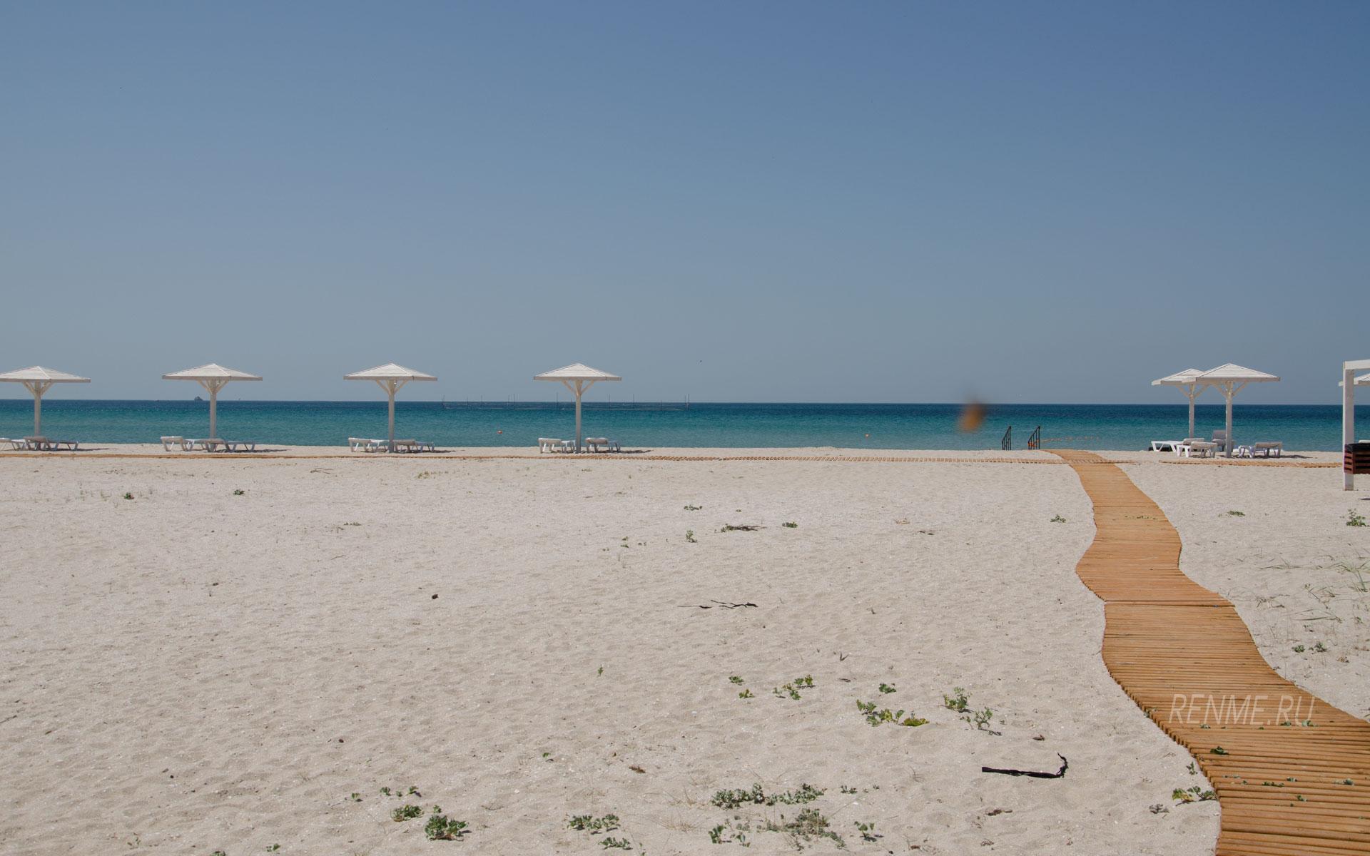 Песчаный пляж в Оленевке летом. Фото Оленевки