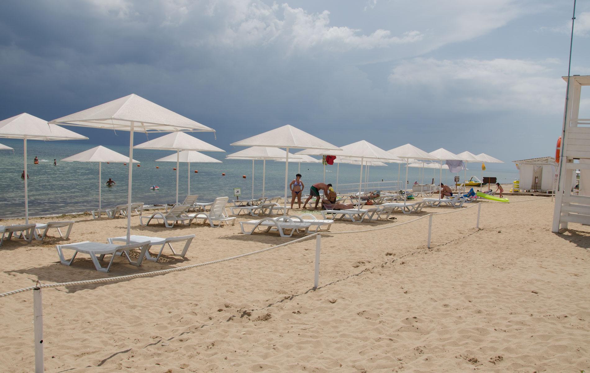 Зонтики на пляже. Фото Заозёрного