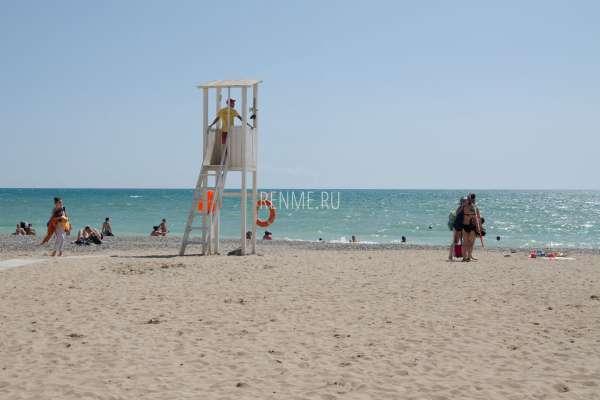 Песчаный пляж со спасателем в Евпатории. Фото Евпатории