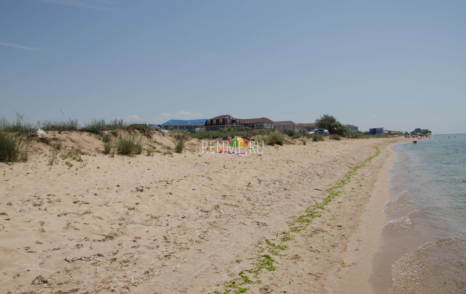 Дикий песчаный пляж возле отелей. Фото Заозёрного