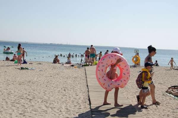 Песчаный пляж с дорожкой. Фото Межводного