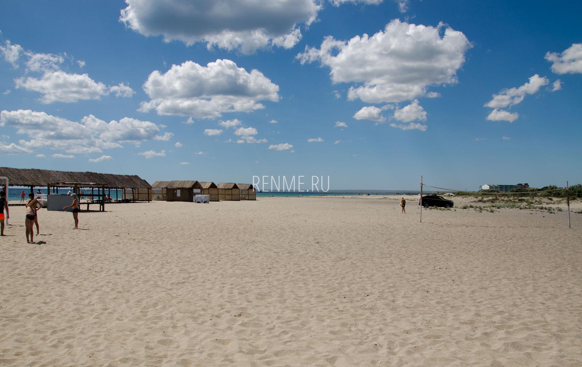 Огромный песчаный пляж. Фото Мирного