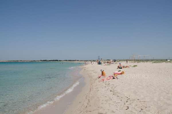 Песчаный пляж в Оленевке в июне. Фото Оленевки