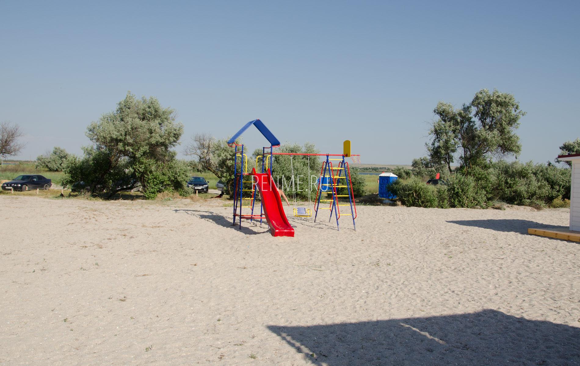 Детские развлечения на пляже в Межводном. Фото Межводного