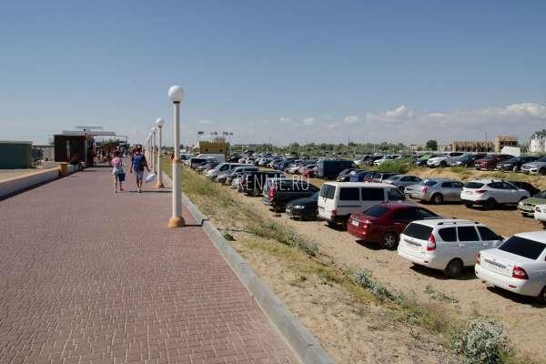Автомобильная парковка рядом с набережной. Фото Новофедоровки