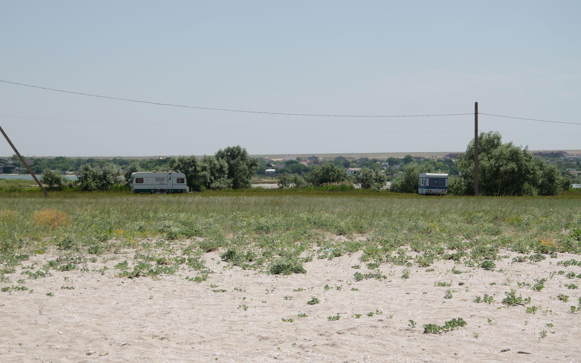 Кемперы на диком пляже. Фото Оленевки