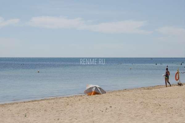 С зонтиком на пляж в Крыму. Фото Заозёрного