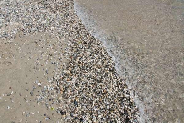Галька на песчаном пляже. Фото Евпатории